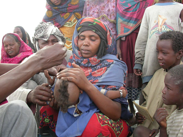Polio vaccination of a nomadic child in Chad. While children and woman in the camp received vaccinations by public health workers, the livestock in the camp received vaccinations by veterinarians. Source: Project Santé des Nomades au Tchad.