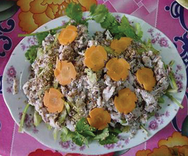 Typical dish of raw fish (slices of silver carp) sold in Vietnamese restaurants.