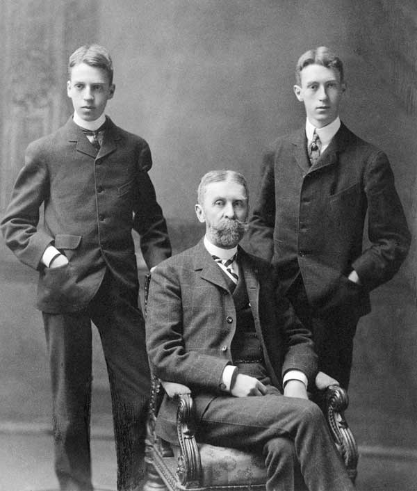 Duncan Clinch Phillips, Jr (left), his father Major Duncan Clinch Phillips (seated), and his brother James Laughlin Phillips, who died of influenza in October 1918. Photograph used with permission of The Phillips Collection, Washington, DC.
